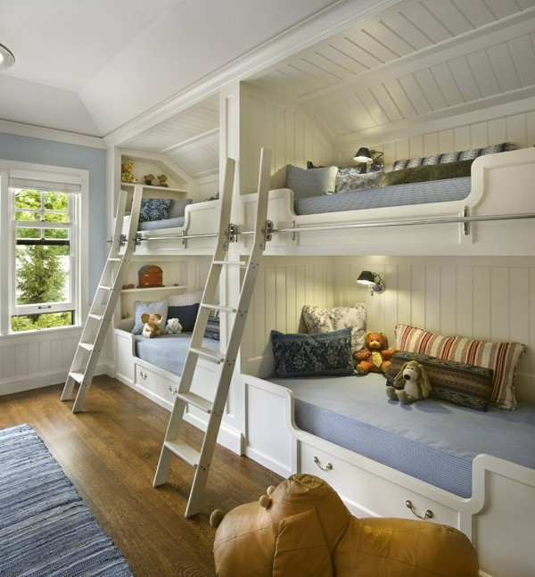 Две двухъярусные кровати в детской
