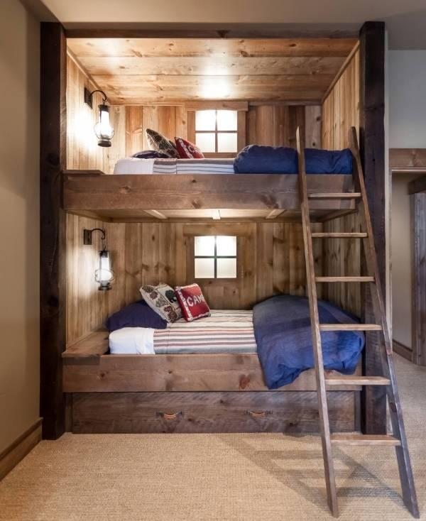 Уютная двухэтажная кровать из дерева