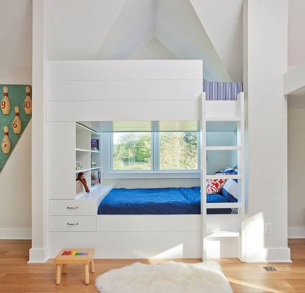 Белая двухъярусная кровать возле окна