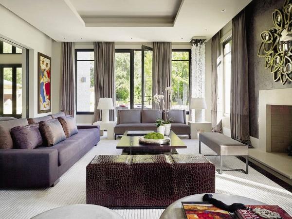 Гипсокартонный потолок и длинные шторы в гостиной