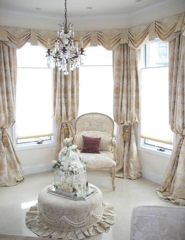 Богато украшенные шторы в интерьере
