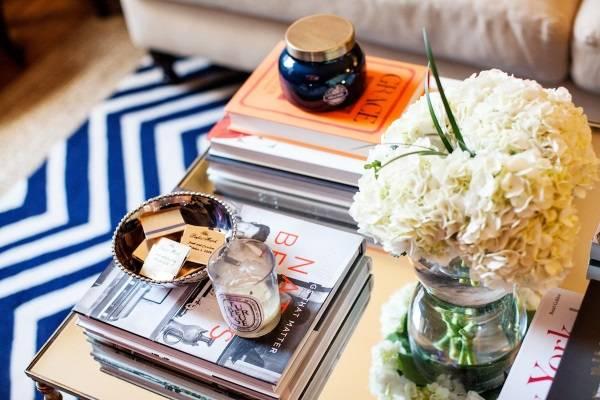Книги на журнальном столике с другим декором