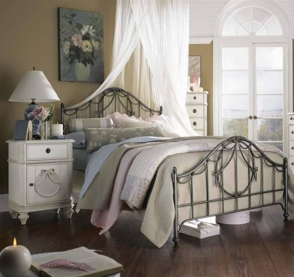 Кованая кровати в старинном стиле