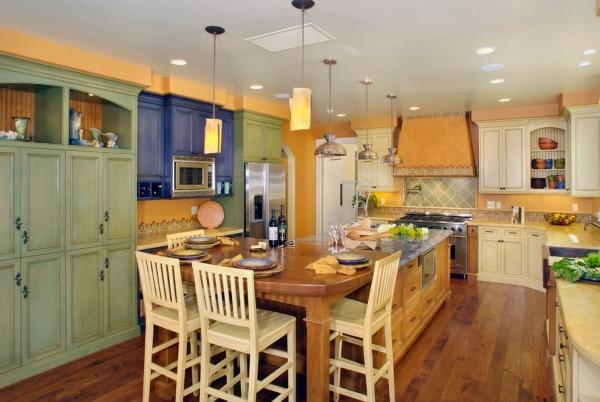 Яркая разноцветная кухня в стиле прованс