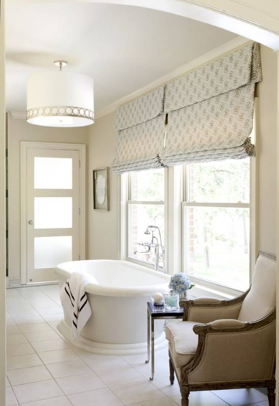 Кресло и столик в дизайне ванной