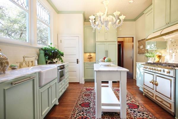 Светло-зеленая кухня в стиле прованс
