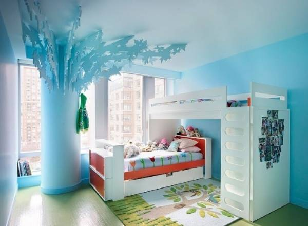 Двухэтажная кровать и дерево в комнате для девочек