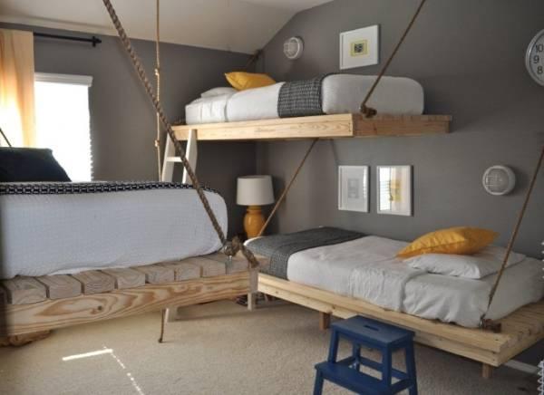 Три подвесные кровати в детской комнате