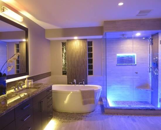 Стильное освещение в ванной комнате
