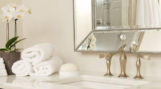 Красивый смеситель для раковины в ванной