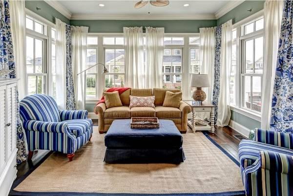 Разные узоры и цвета штор в гостиной
