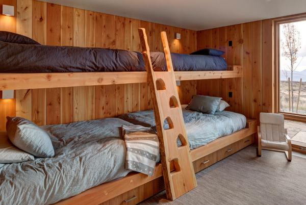 Самодельная двухъярусная кровать из дерева