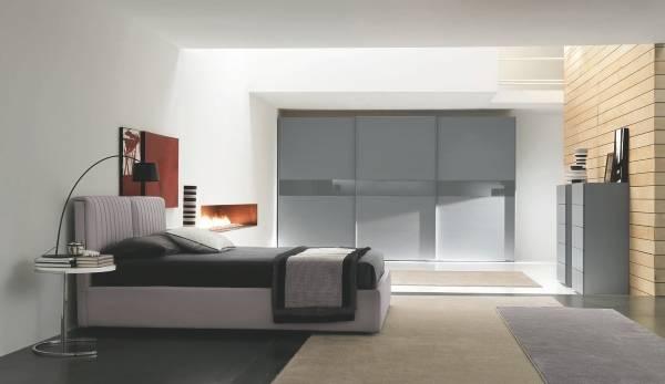 Серый шкаф купе в спальне
