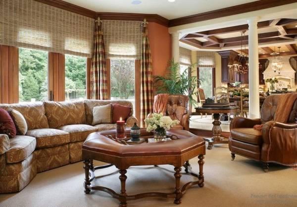 Плетеные ролеты и полосатые шторы в гостиной