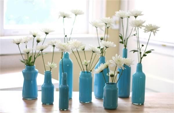 Синие вазы из стеклянных бутылок