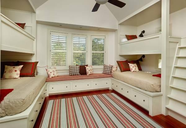 Двухъярусные кровати, соединенные банкеткой