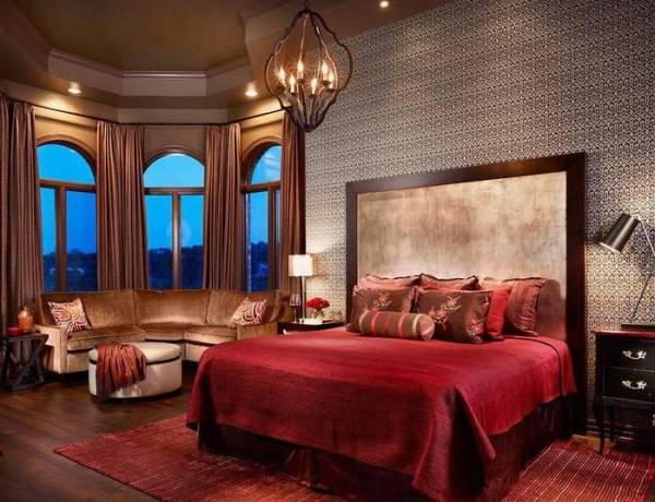Яркая спальня в бордовых тонах