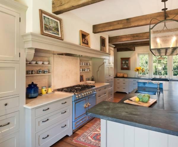 Стильная кухня прованс с полкой для картин