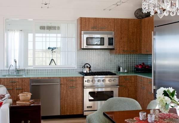 Стеклянная плитка и столешницы на кухне