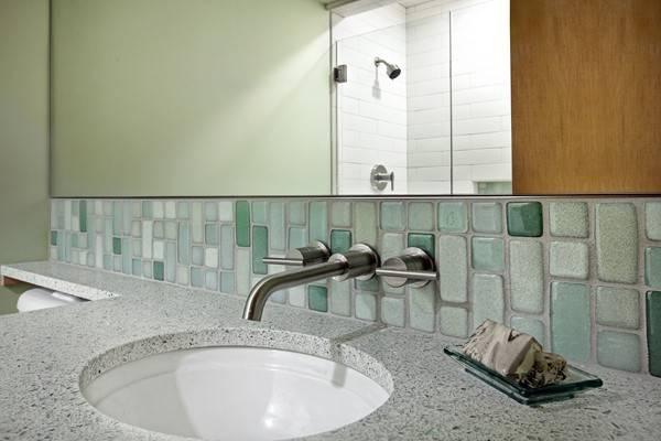 Стеклянная плитка в фартуке на кухне