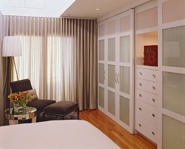 Маленькая спальня со стильным шкафом купе