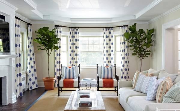 Белые шторы с синим узором в гостиной
