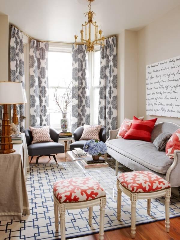 Красивый узор на шторах в гостиной