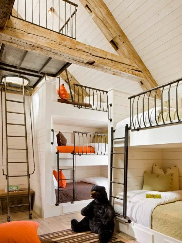 Трехъярусная кровать на чердаке