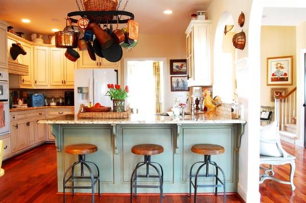 Уютная кухня с подвешенной посудой