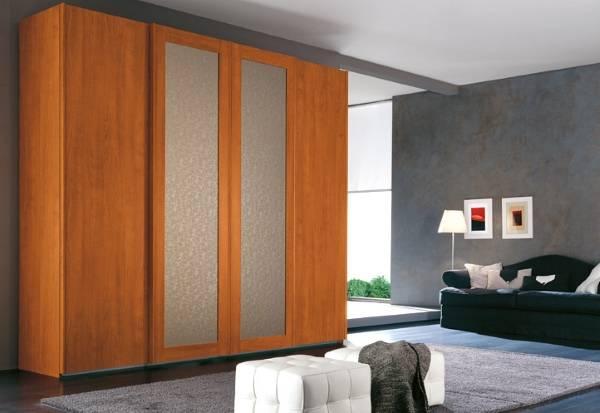 Высокий деревянный шкаф купе