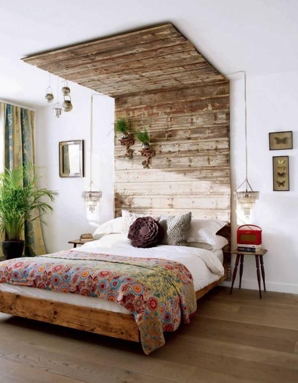 Высокое изголовье кровати до потолка