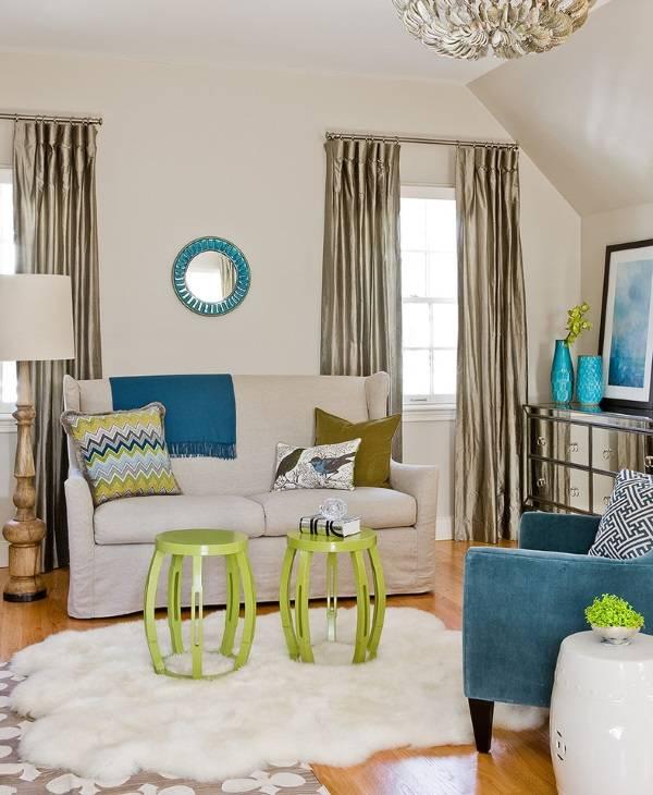 Яркая гостиная с необычными шторами