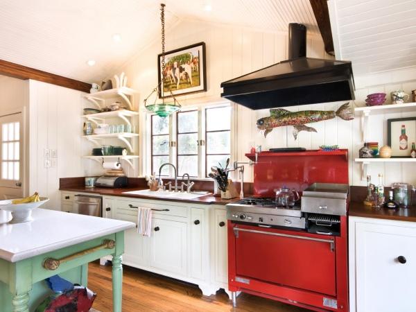 Красная плита на кухне в стиле прованс
