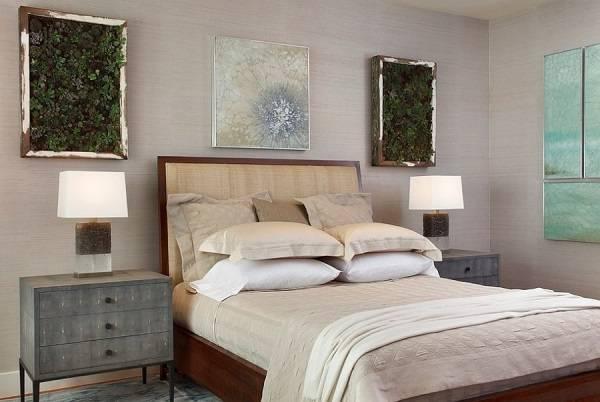 Зеленые растения на стенах в спальне