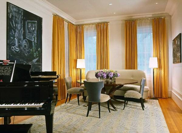 Желтые шторы в нейтральной гостиной