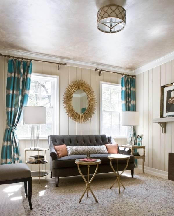 Золотистый декор и синие шторы в интерьере
