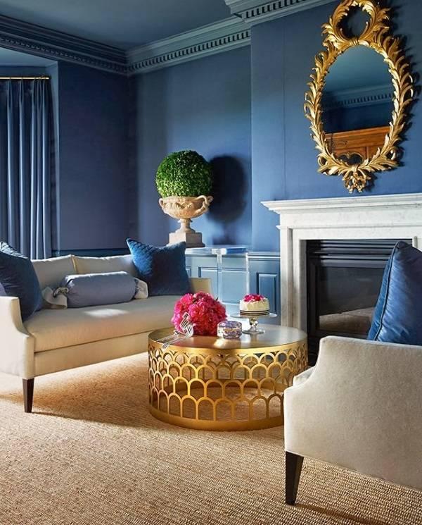 Золотой декор в синей гостиной