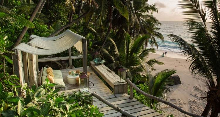 Уличная кровать в отеле North Island Resort