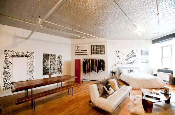 Квартира студия с ярким потолком