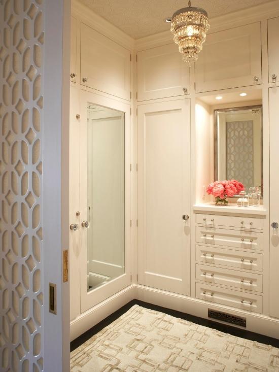 Стильная гардеробная комната с белой мебелью