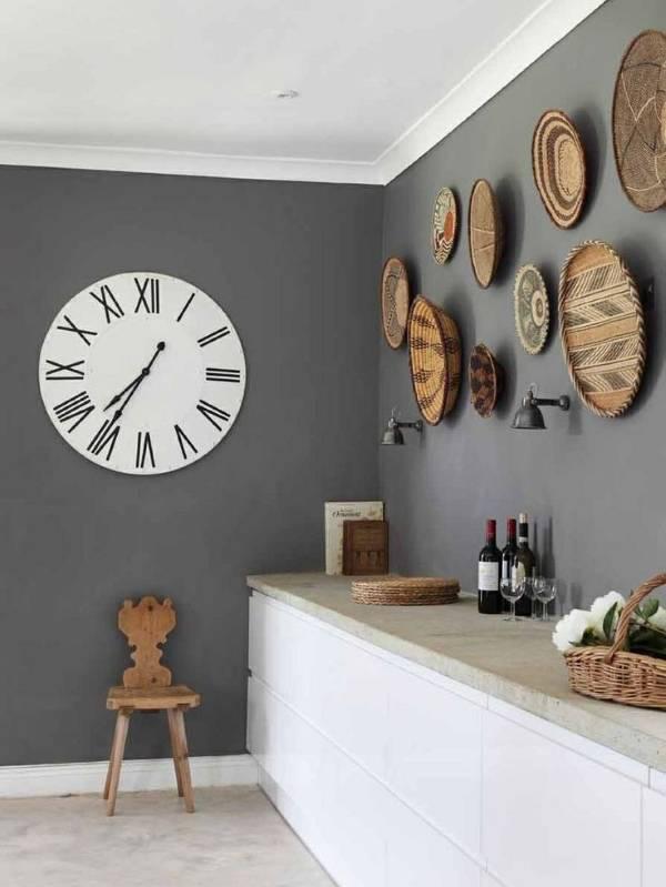 Часы и другой декор стен кухни