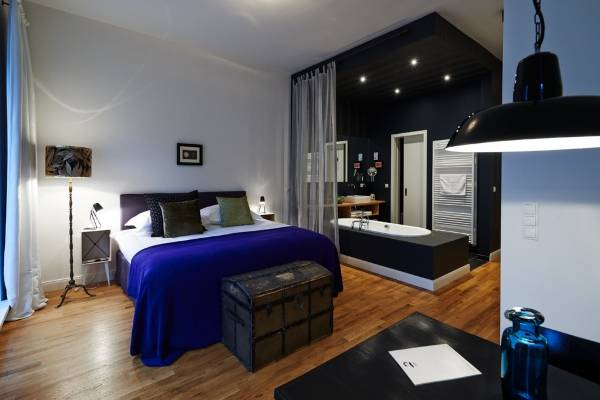 Интерьер квартиры студии в черном и синем цвете