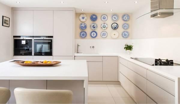 Тарелки как декор стен кухни