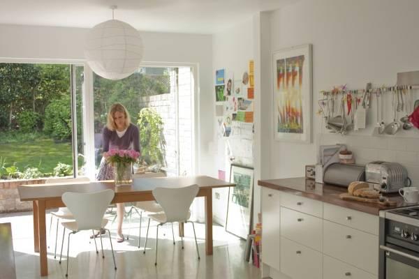 Декор стен кухни с детскими рисунками и т.д.