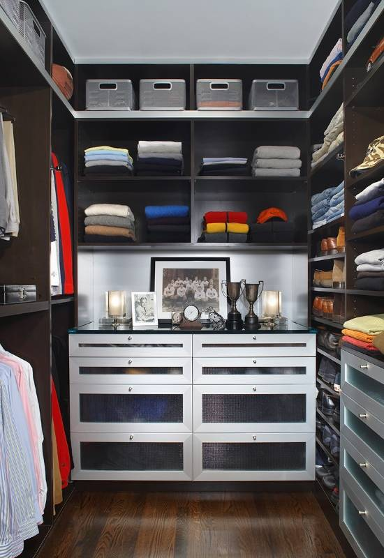 Уютно организованная маленькая гардеробная комната