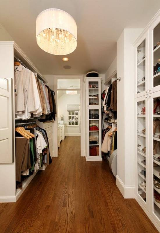 Красивая белая мебель для гардеробной