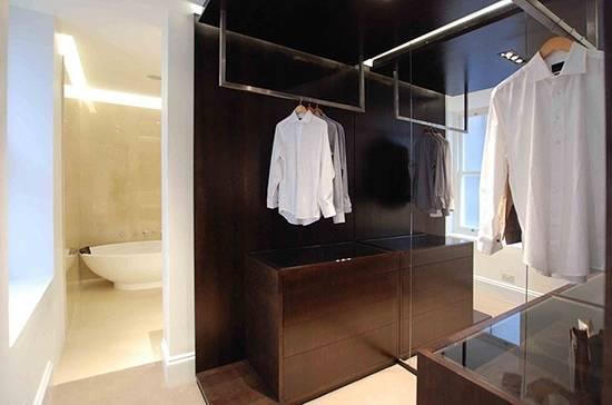 Маленькая гардеробная комната возле ванной