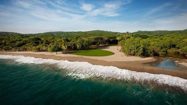 Гольф на пляже в отеле Mukul Luxury Resort & Spa