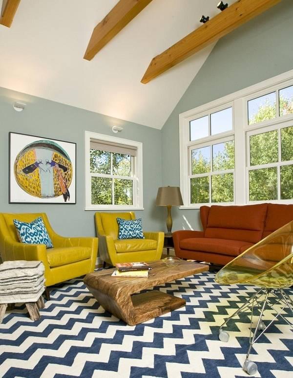 Красивое прозрачное кресло в стильной гостиной