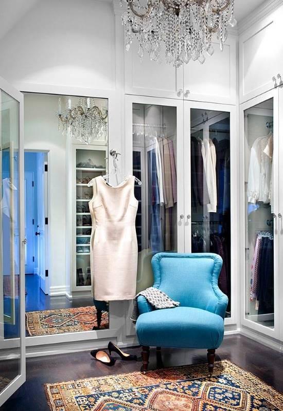 Кресло и люстра в маленькой гардеробной